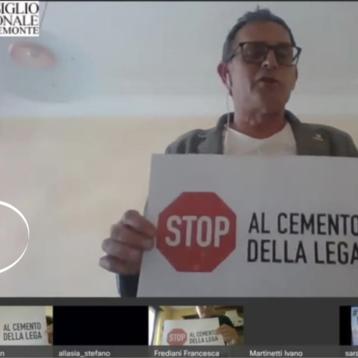 Protesta in Consiglio regionale: stop al cemento della Lega